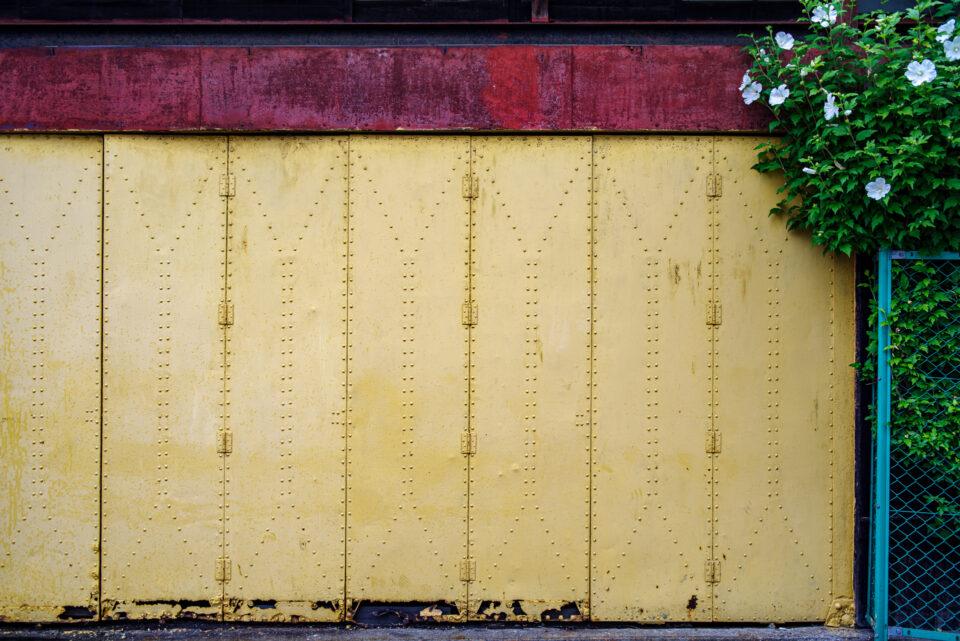 黄色いシャッター