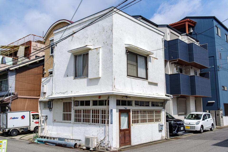 角の白い家