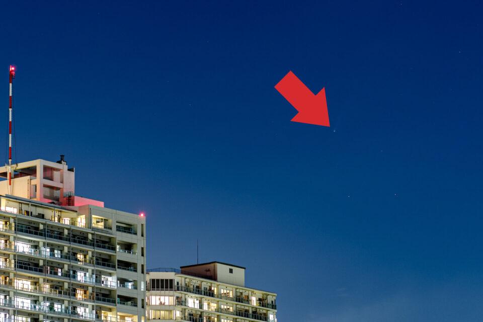 ネオワイズ彗星(矢印入り)
