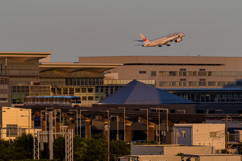 羽田の第3ターミナルと離陸するJAL B787と東京モノレール