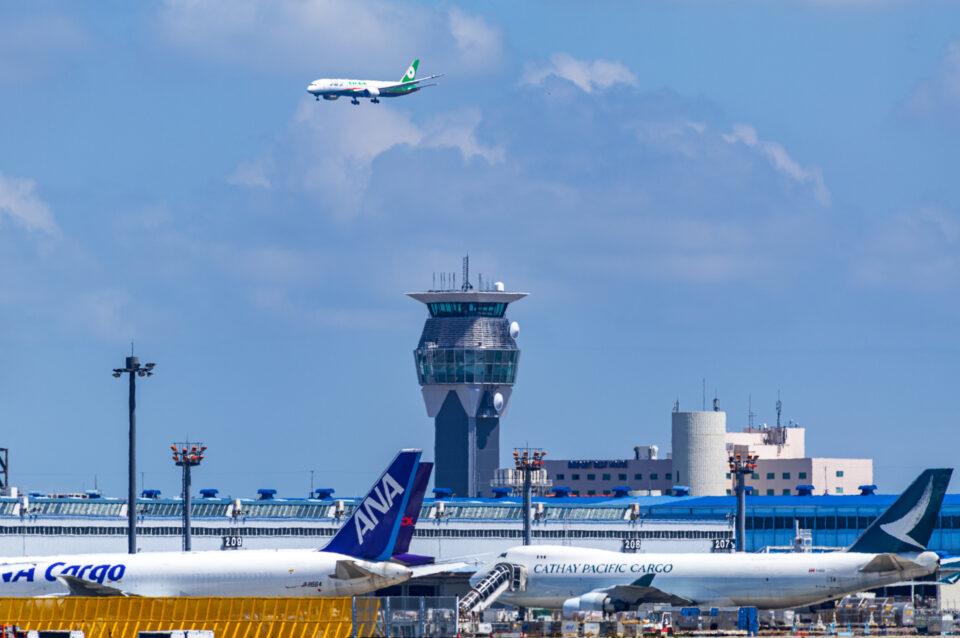 成田空港の新しいタワーと着陸機