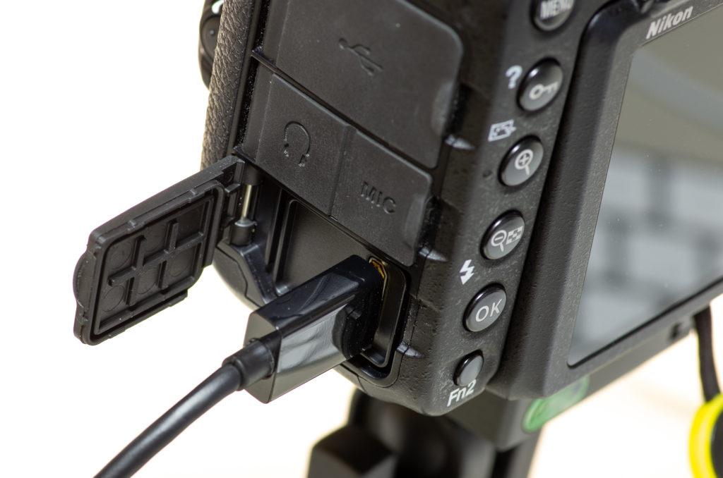 Nikon D500にHDMIケーブルを接続