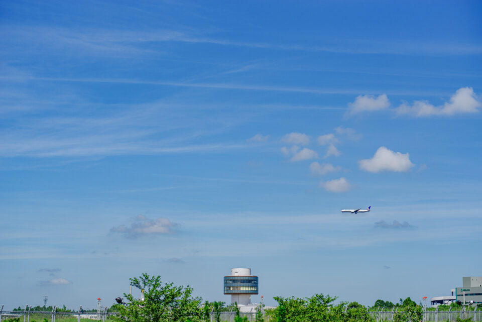 航空博物館とB滑走路にアプローチするUNITED機