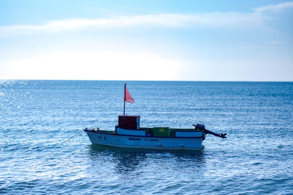 海に浮かぶ小さなボート