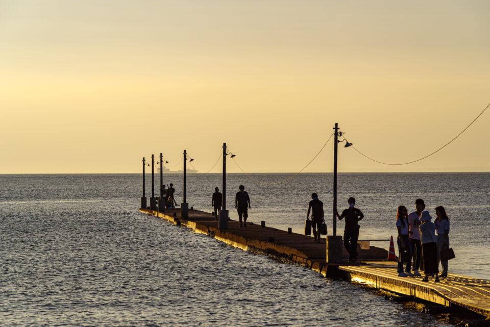 桟橋を歩く人々