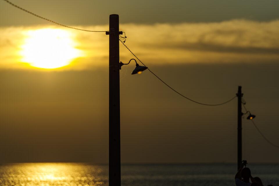 夕陽と桟橋の電球