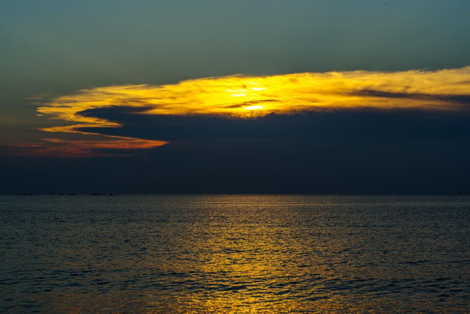 日没と富士山は雲の中...