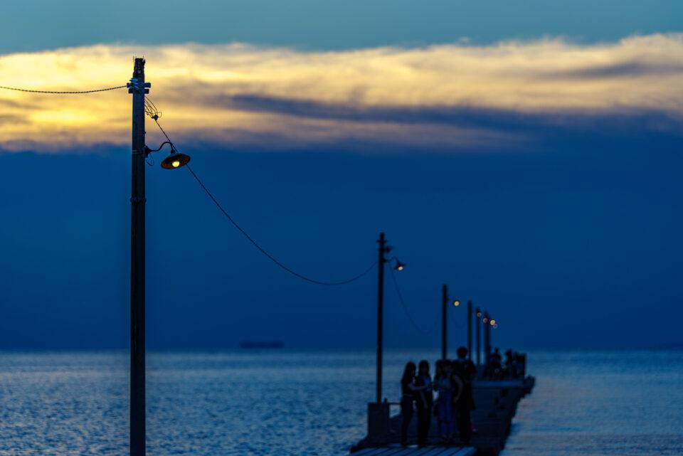 桟橋に灯る電球
