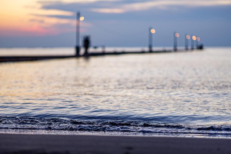 夕暮れの波打ち際と原岡桟橋