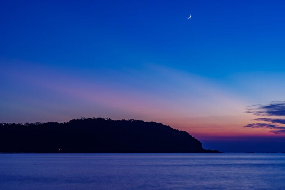 原岡海岸から眺める夕景と三日月
