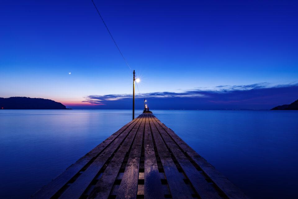 真っ直ぐ伸びる原岡桟橋の夕景