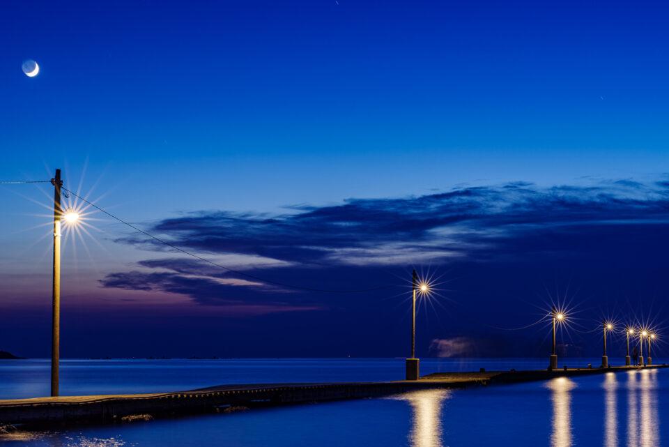 電球が輝く原岡桟橋と三日月