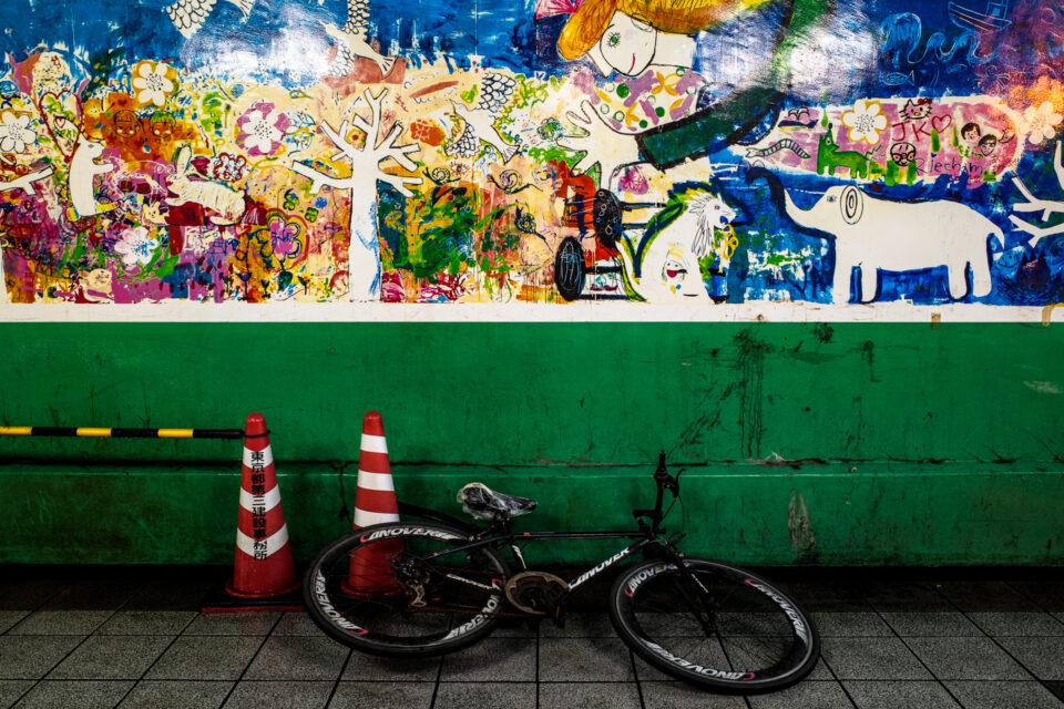 新宿大ガード下に倒れた自転車