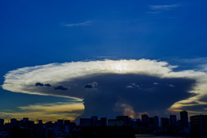 東京に現れた「かなとこ雲」