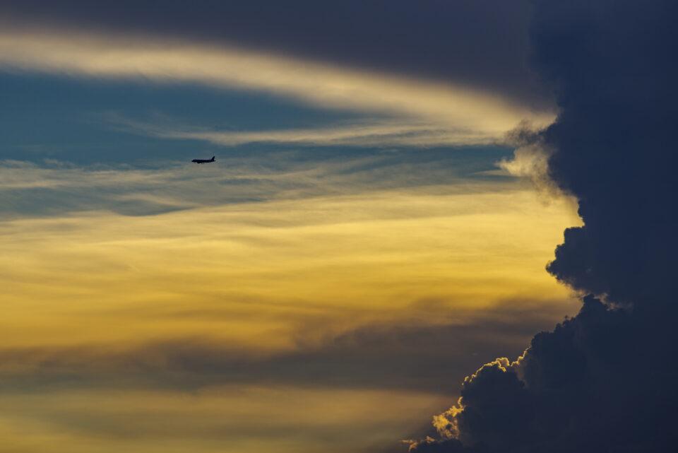 かなとこ雲と飛行機