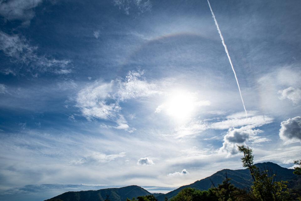 ハローの出た太陽と飛行機雲