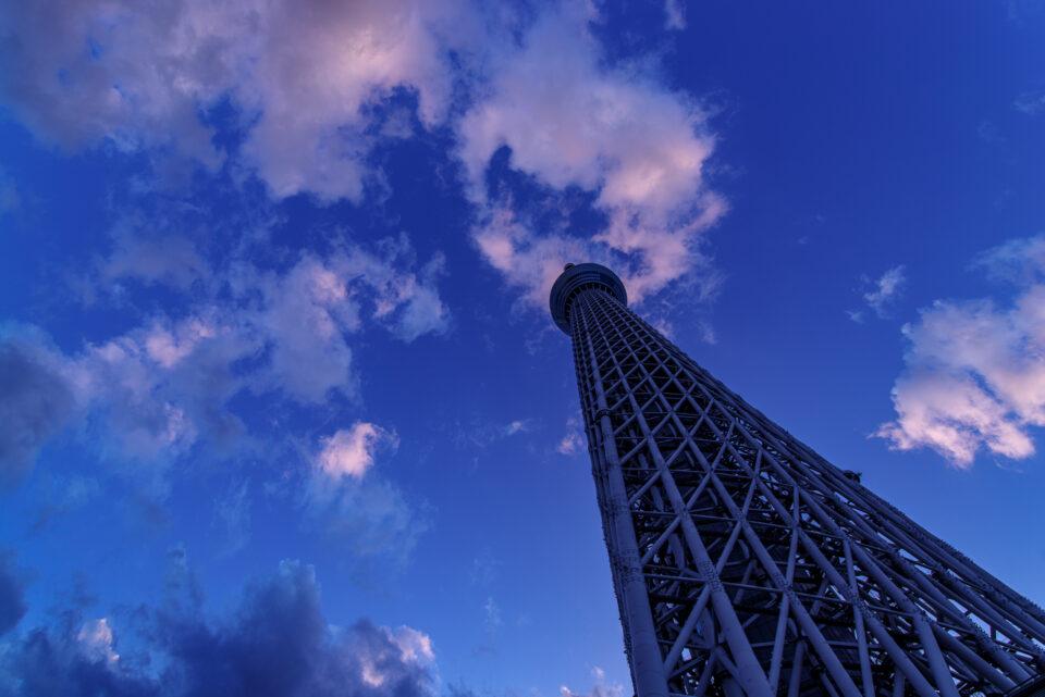 夕暮れの空に聳える東京スカイツリー