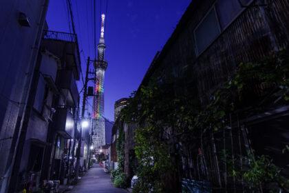裏路地の古い街並みと東京スカイツリー