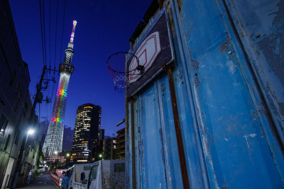 バスケットゴールと東京スカイツリー