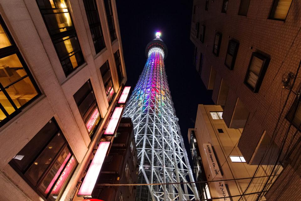 雑居ビル街の中の東京スカイツリー