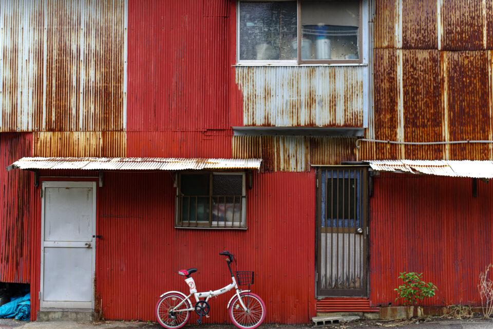 赤いトタンの壁