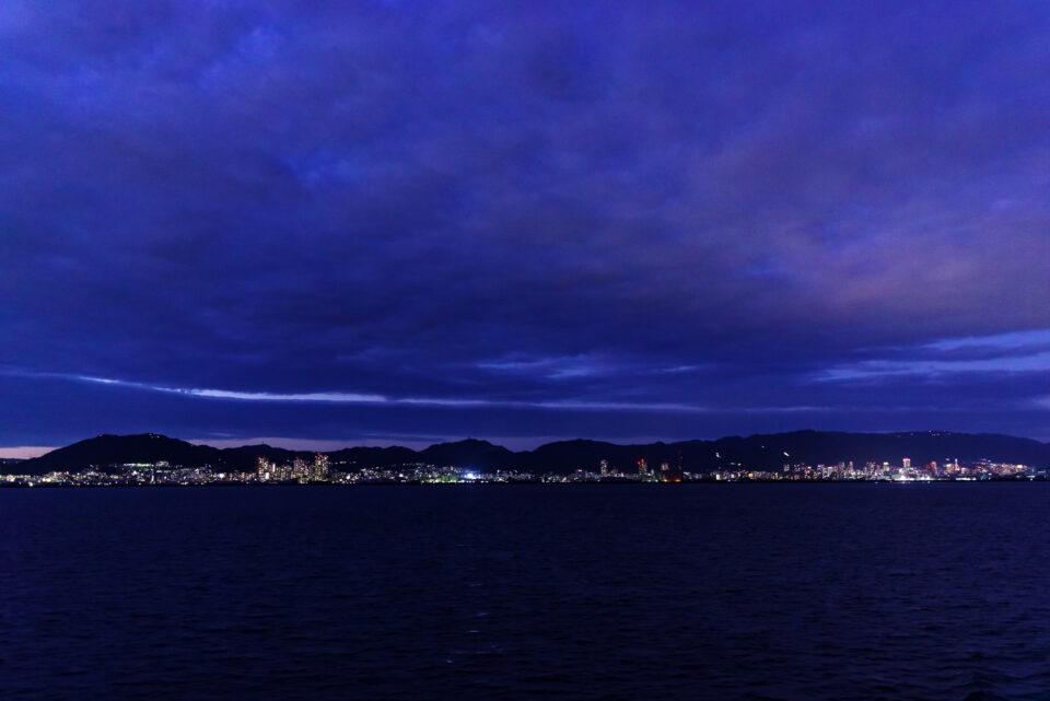 海上から神戸郊外の方面の眺め