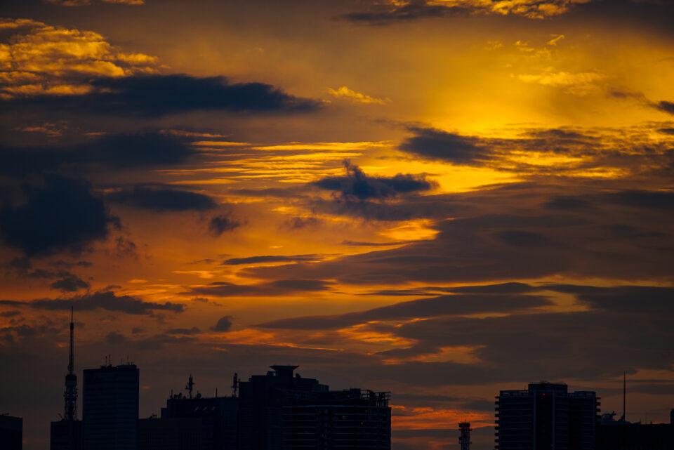東京のビル街の夕空