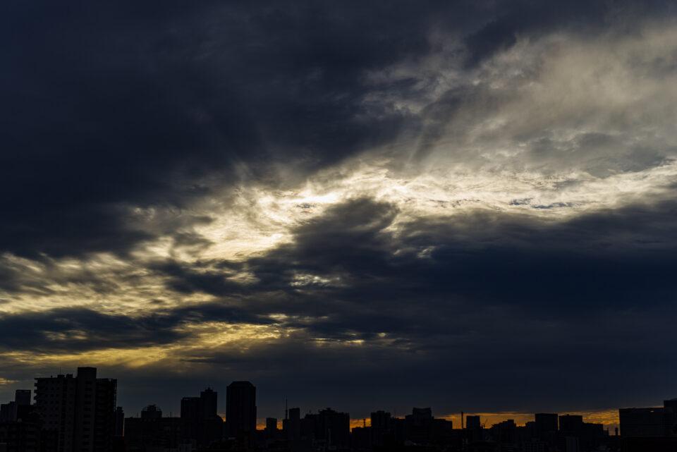 雲の隙間から差す薄明光線