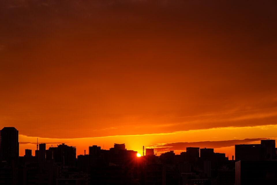 日没の夕日に染まる雲