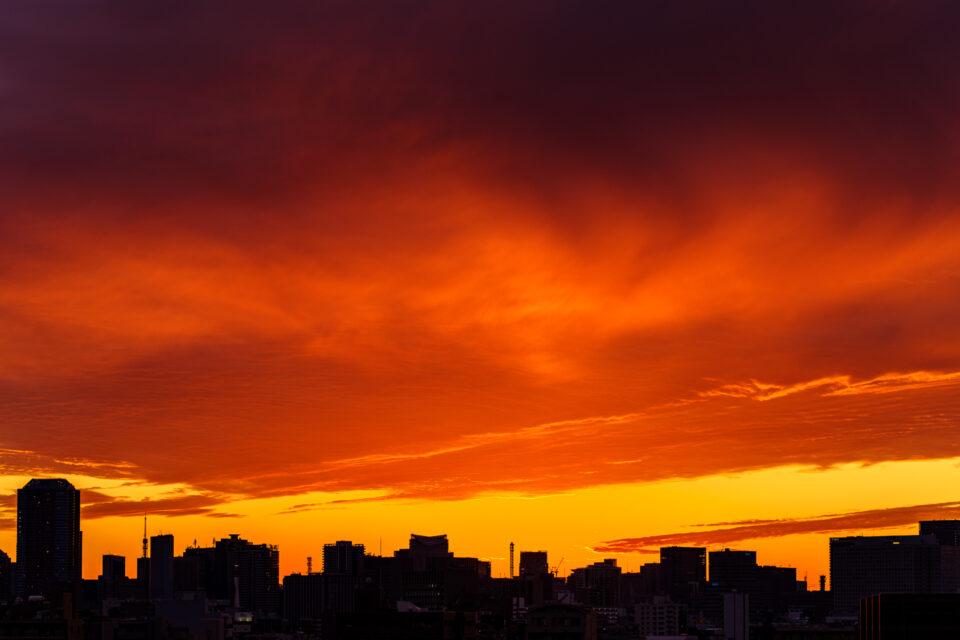 東京のビル街と夕焼け雲