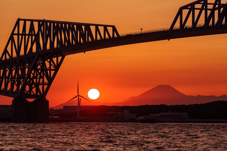 東京ゲートブリッジと真っ赤な夕陽と富士山