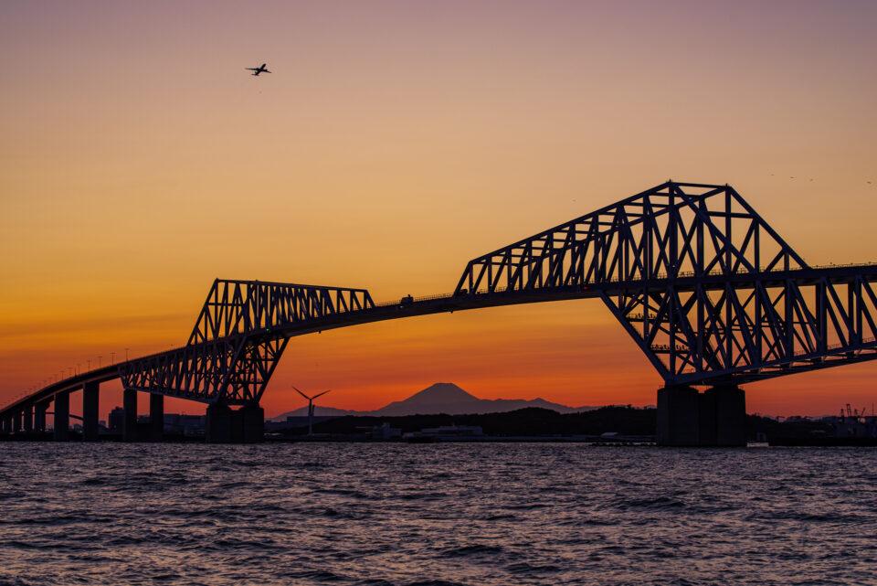 日没直後の東京ゲートブリッジと富士山と飛行機