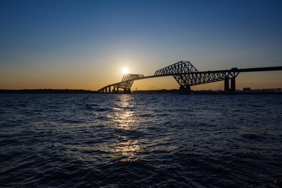 日没前の東京ゲートブリッジと東京湾