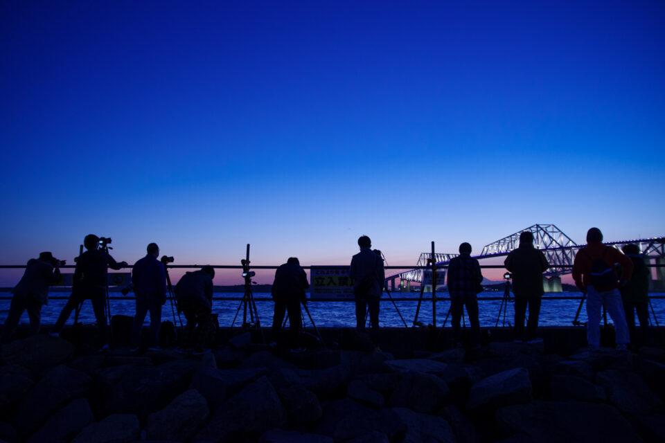 若洲海浜公園の岸壁に立ち並ぶカメラマン達