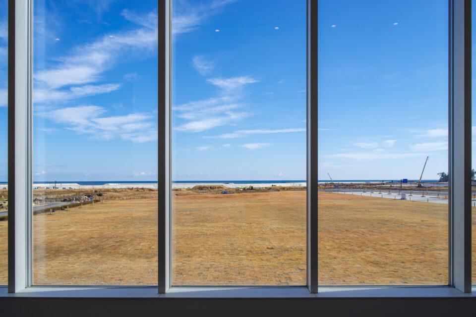 東日本大震災・原子力災害伝承館の窓からの眺め