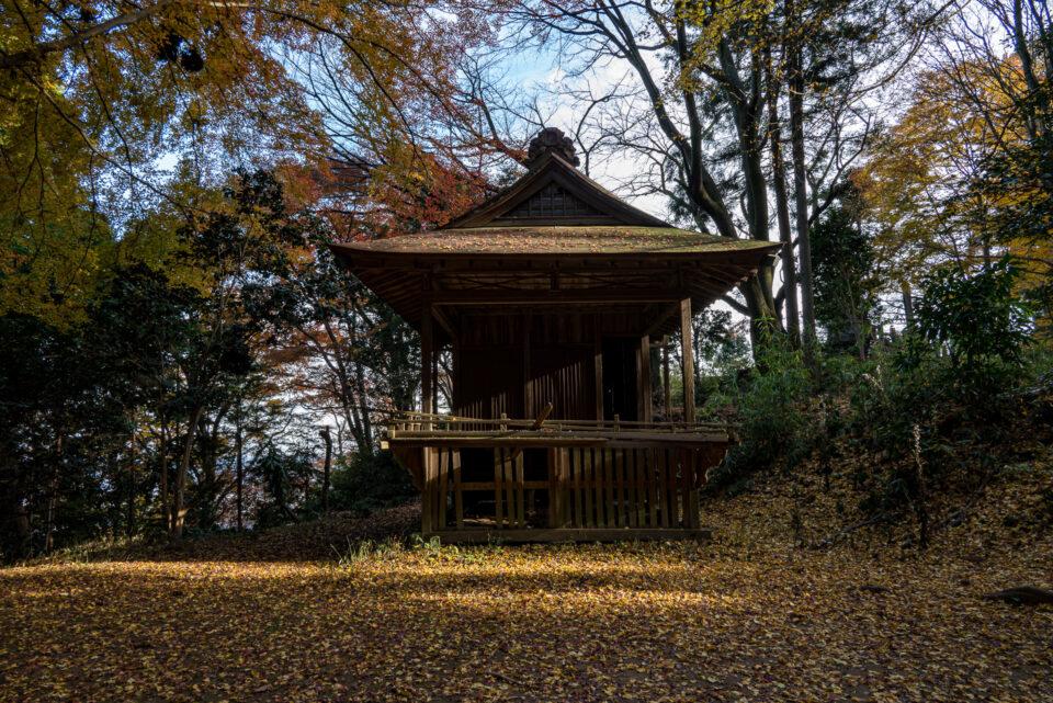八王子神社の舞台と紅葉