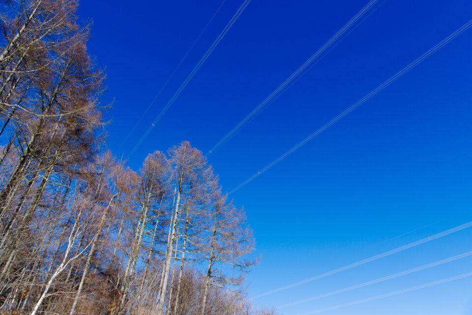 青空と送電線