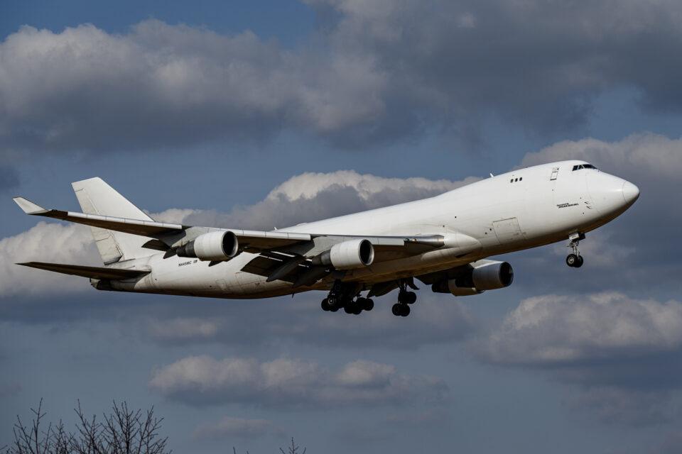 真っ白なB747-400F