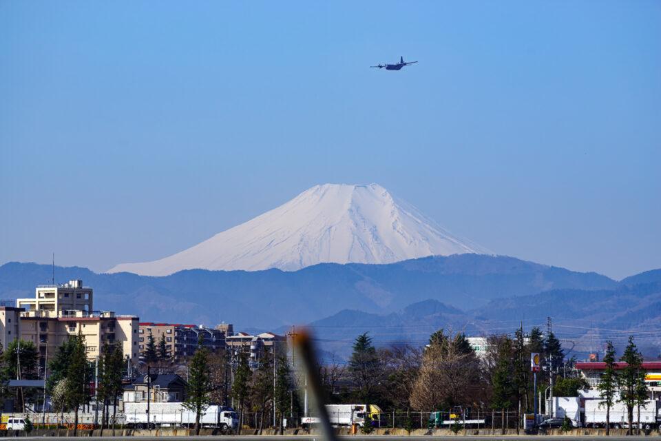 横田基地から望む富士山とC-130