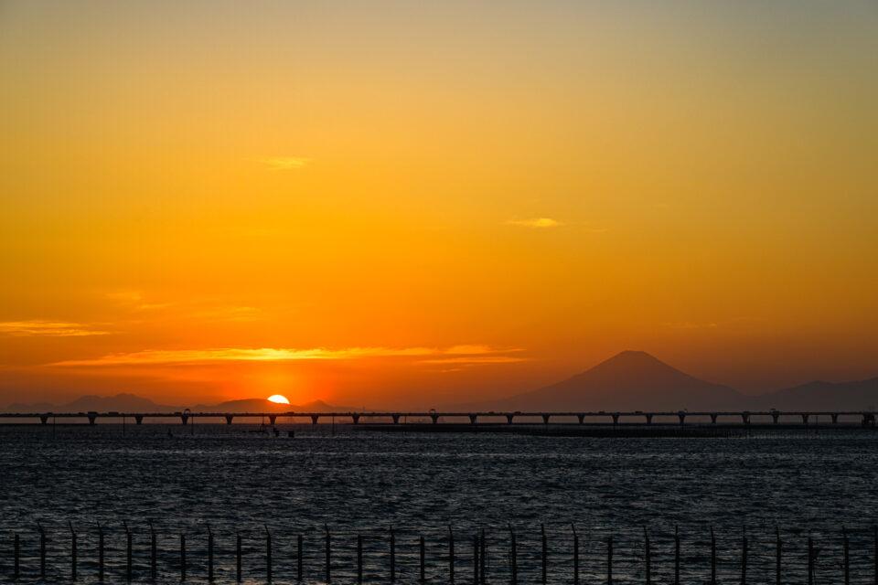 東京湾アクアラインと夕陽と富士山