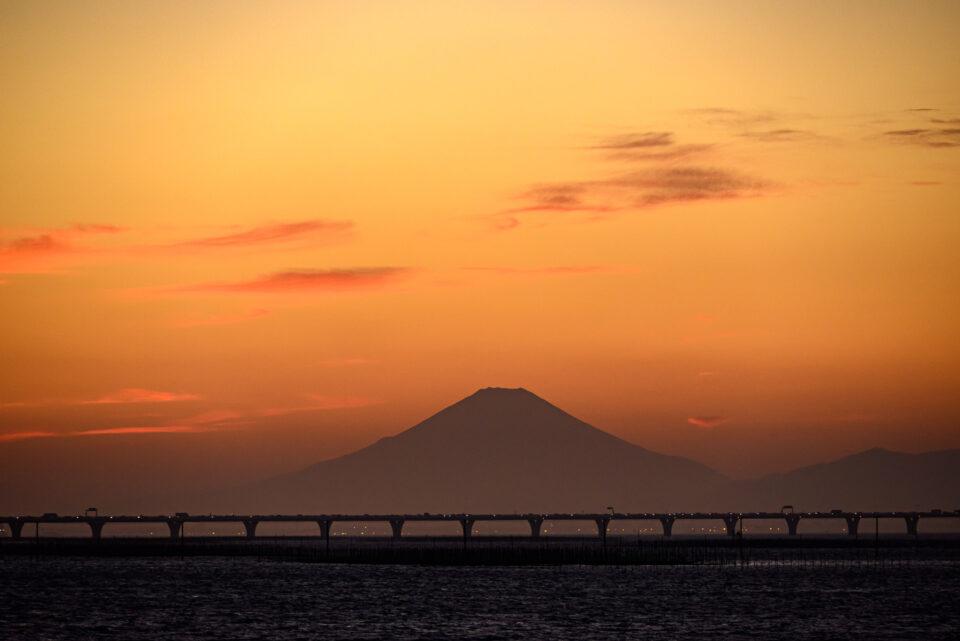 東京湾アクアラインと富士山の夕暮れ
