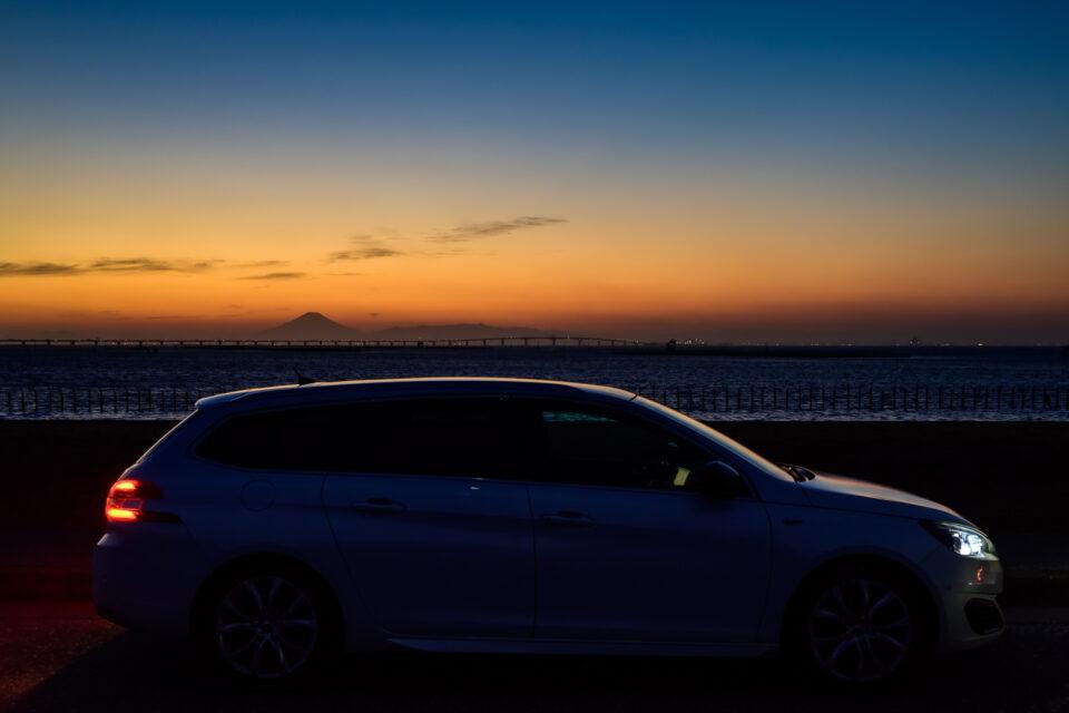 夕暮れの東京湾アクアラインと富士山とPEUGEOT 308SW