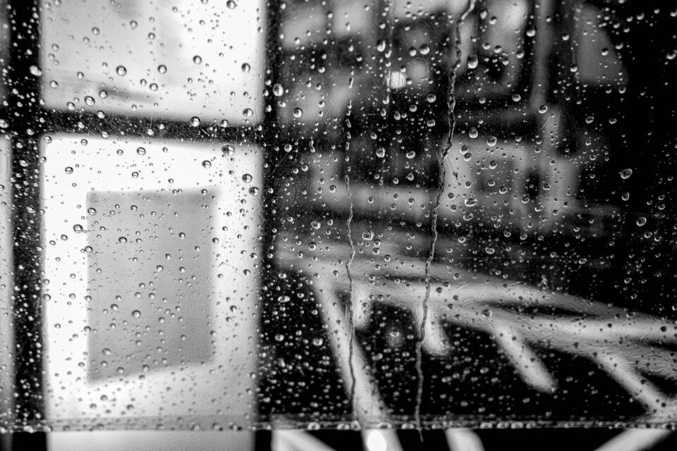 ビニール傘越しのバス停