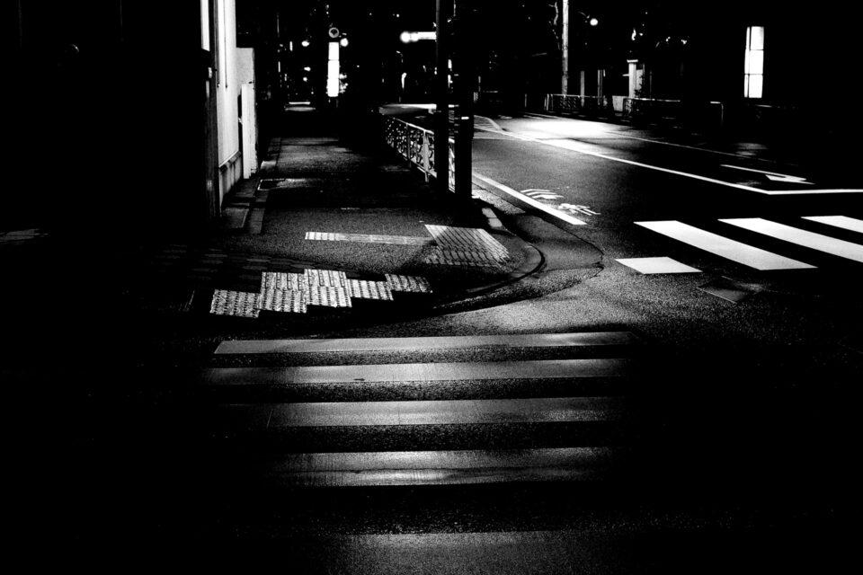 雨の夜の横断歩道