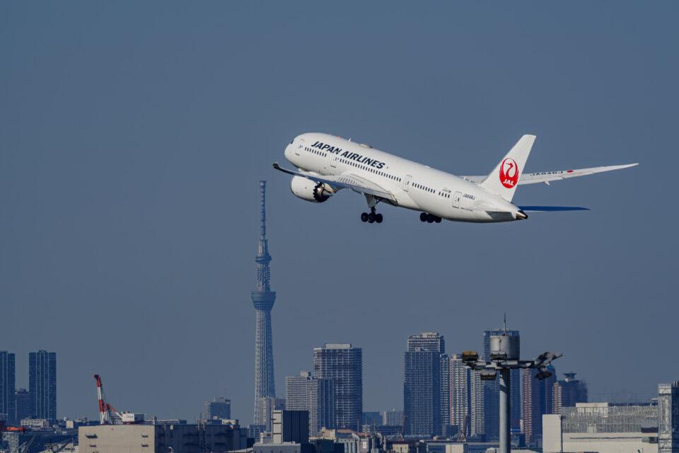 羽田の32Rから離陸するJAL B787-8と東京スカイツリー
