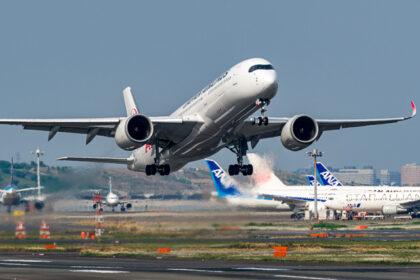 羽田空港22から離陸するJAL A350