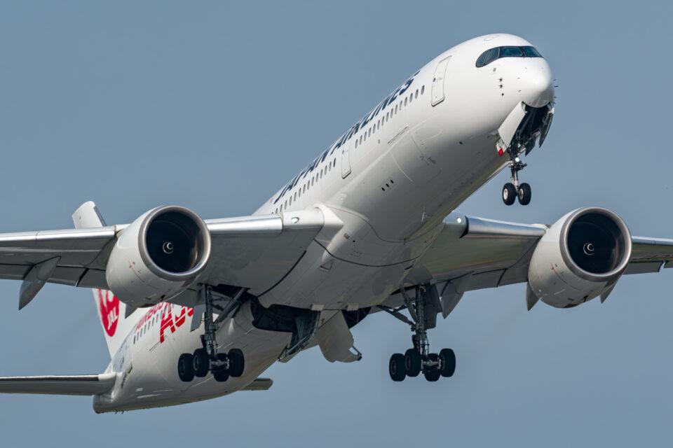 離陸するJAL A350-900