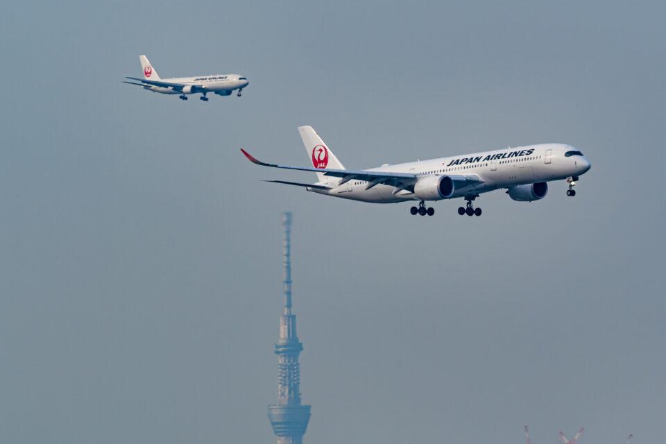 東京スカイツリーと2機のJAL機