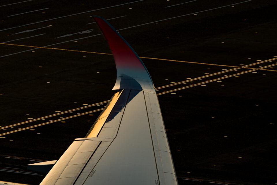 夕陽に輝くJAL A350の翼