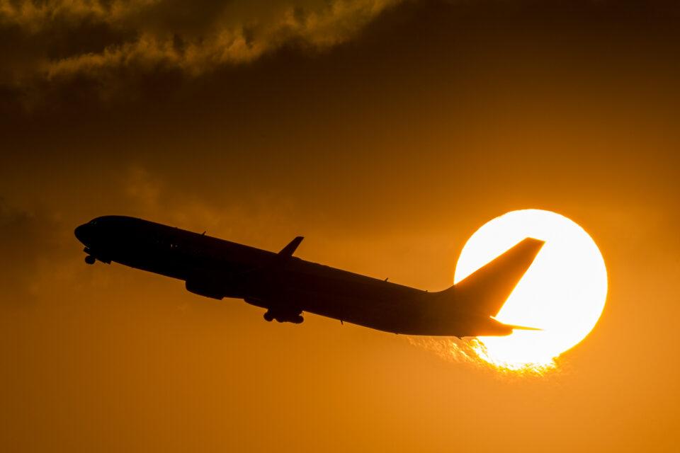 太陽を横切るB767